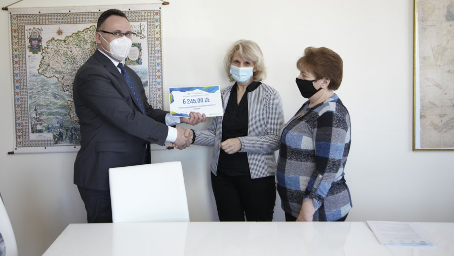 Burmistrz gratuluje Paniom z KGW
